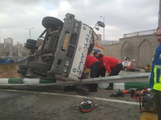 نجات راننده محبوس در کامیونت باری توسط آتش نشانان