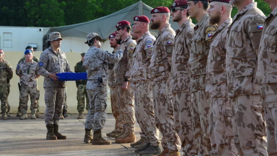 خبرنگاران نظامیان جمهوری چک از عراق خارج می شوند