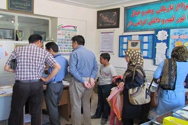 تجمع والدین و دانش آموزان در مدارس خرم آباد در روزهای اوج کرونا