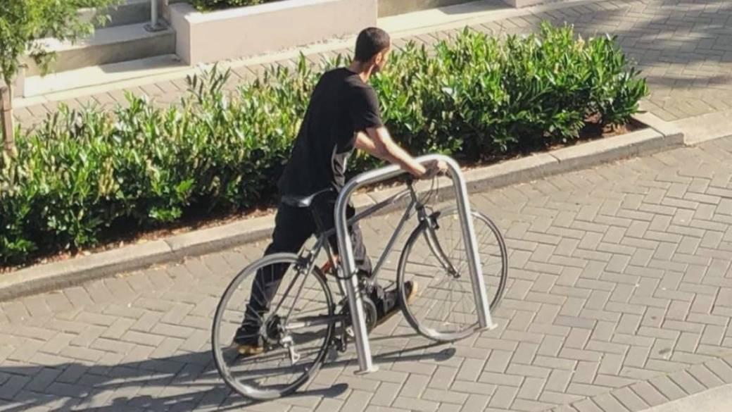 سارقی در ونکوور دوچرخه و میله ای که به آن قفل شده بود را با هم برد!